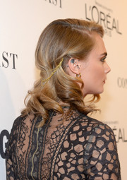 Cara Delevingne showed off a vintage-chic wavy hairstyle, held in place by layers of gold chains, at the Glamour Women of the Year 2016.