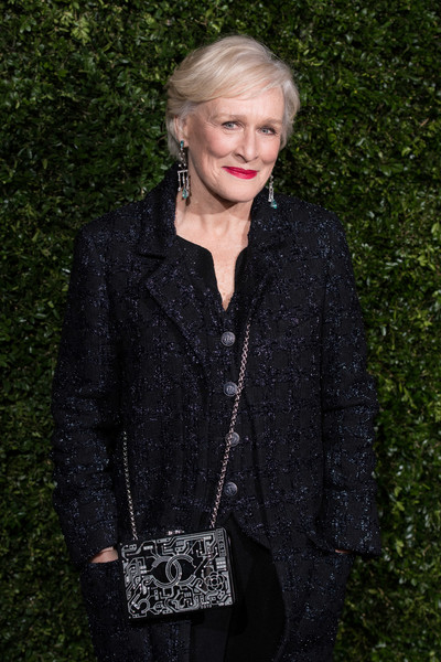 Glenn Close Chain Strap Bag [clothing,fashion,outerwear,blond,jacket,street fashion,electric blue,blazer,top,leather,charles finch,glenn close,chanel pre-baftas dinner,pre-baftas,loulou,london,england,chanel,dinner]