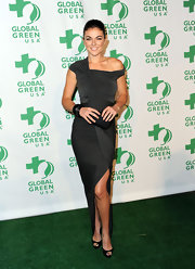 Serinda kept her accessories simple, wearing classic peep-toe pumps.