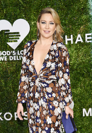 Kate Hudson paired a navy satin clutch with a floral dress for the 2016 Golden Heart Awards.