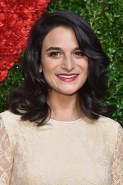 Jenny Slate wore red lipstick for a pop of color to her neutral dress.