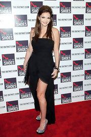 Beth Shak bared some skin in a subdued-yet-classy black strapless dress.