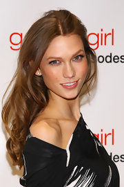 Karlie Kloss wore her hair in long, relaxed waves at the 'Gossip Girl' 100th episode celebration.