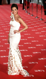 Leire Martinez looked lovely in a one-shoulder white long gown at the Goya Cinema Awards 2012.