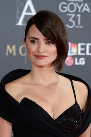 Penelope Cruz attended the Goya Cinema Awards wearing a half-loose hairstyle with a twisted bun at the back.