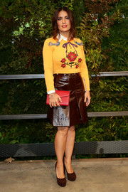 Salma Hayek sealed off her youthful look with a brown A-line leather skirt, also by Gucci.