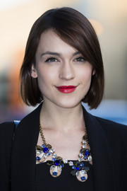 Fashion blogger Ella Catliff styled her short tresses in a classic side part.