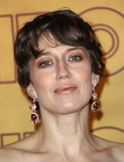 Carrie Coon attended the HBO Emmys after-party wearing a short 'do with flippy bangs.