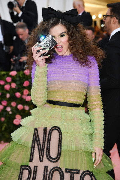 Hailee Steinfeld Hard Case Clutch [fashion,lady,hairstyle,haute couture,event,premiere,dress,fur,fashion design,flooring,fashion - arrivals,hailee steinfeld,notes,fashion,new york city,metropolitan museum of art,met gala celebrating camp]