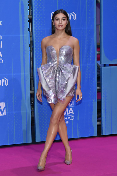 Hailee Steinfeld Evening Pumps [clothing,fashion model,carpet,dress,fashion,thigh,leg,red carpet,hairstyle,flooring,red carpet arrivals,hailee steinfeld,bilbao exhibition centre,spain,mtv,mtv ema]