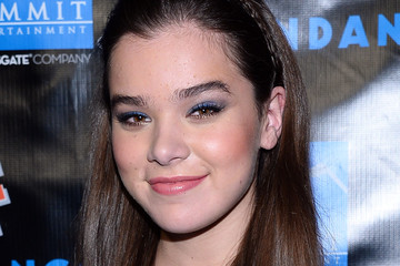 Hailee Steinfeld Does Blue Eyeshadow — The Right Way!