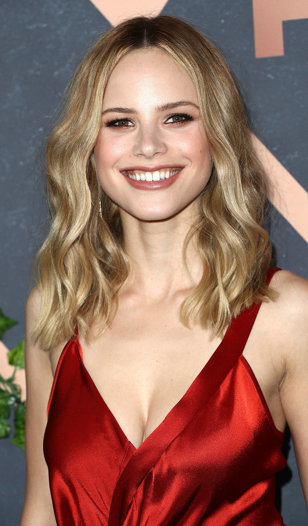 Halston Sage Medium Wavy Cut Hair Lookbook Stylebistro