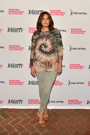 Mariska Hargitay dressed up her outfit with a pair of strappy tan pumps.