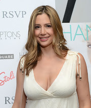 Mira Sorvino styled her hair in subtle waves for the 'Hamptons Magazine' celebration.