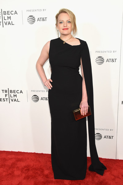 Elisabeth Moss styled her gown with a shiny box clutch.