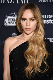 Suki Waterhouse looked ultra feminine with her side-swept waves at the Harper's Bazaar Icons event.