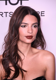 Emily Ratajkowski used a deep red hue to highlight her full lips.