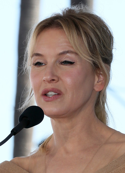 Renee Zellweger kept it casual with this loose ponytail during Harry Connick Jr.'s Hollywood Walk of Fame ceremony.