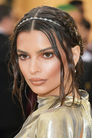 Emily Ratajkowski paired her 'do with a bejeweled headband.