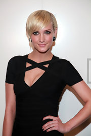 Ashlee paired her sexy LBD with yellow gold stud earrings with black onyx and diamonds.