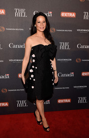 Lucy Liu complemented her dress with a pair of black and gold platform peep-toes.
