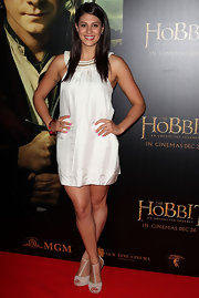 A pair of nude T-bar pumps showed off Stephanie's tanned toned pins at 'The Hobbit: An unexpected Journey' premiere in Sydney.