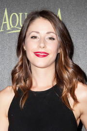 Amanda Crew went to the Golden Globe Award season celebration wearing a gently wavy hairstyle.