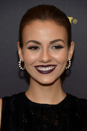 For her beauty look, Victoria Justice went goth with dark plum lipstick.