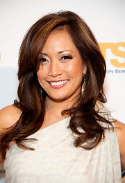Carrie Ann Inaba swept her long bangs off to the side and wore her longer lengths in smooth waves.