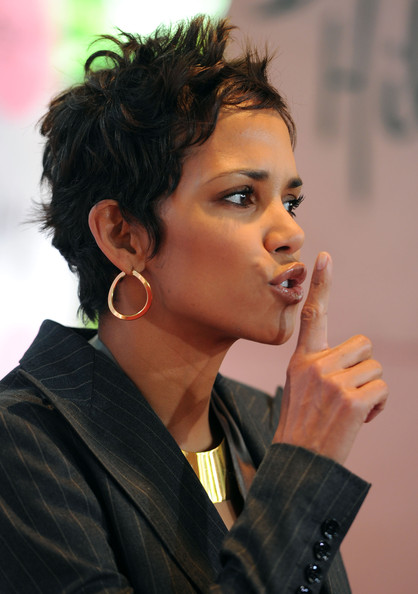 Halle Berry offset her sexy pixie cut with simple gold hoop earrings.