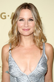 Jennifer Nettles attended the Hollywood Reporter and SAG-AFTRA Emmy nominees night wearing her hair in feathery waves.