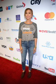 Kristen Wiig teamed skinny jeans with a long-sleeve raglan tee for the Stand Up to Cancer event.
