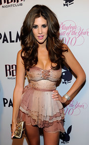 The brunette temptress played up her sexy style with a voluminous, layered hairstyle.