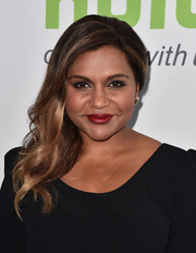 For her beauty look, Mindy Kaling teamed red lipstick with heavy eye makeup.