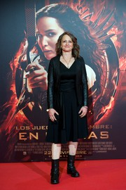 Nina Jacobson attended the 'Catching Fire' Madrid premiere wearing a black jacket with iridescent sleeves over an LBD.