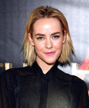 Jena Malone added a sweet pop of color with a swipe of pink lipstick.