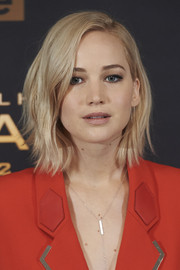 Jennifer Lawrence frames her face with this side-parted short wavy cut