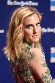 Allison Williams wore a subtly wavy shoulder-length hairstyle at the 2017 Gotham Independent Film Awards.