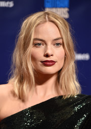 Margot Robbie capped off her look with a sexy red lip.