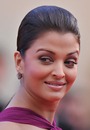 Aishwarya resisted excessive makeup at the 2010 Cannes Film Festival and applied only a soft lilac shadow and mascara.