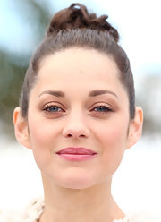 Marion Cotillard pulled back her hair into this summer twisted bun so that the embroidery on her shoulders could be seen fully!