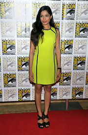 Freida Pinto opted for a casual beauty look to go with her bright Michael Kors dress at Comic-Con. Freida styled her hair in loose waves and a berry pout.
