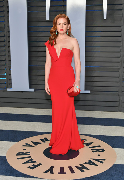 Isla Fisher Satin Clutch [oscar party,vanity fair,red,dress,flooring,gown,beauty,shoulder,lady,carpet,girl,fashion,beverly hills,california,wallis annenberg center for the performing arts,radhika jones - arrivals,radhika jones,isla fisher]