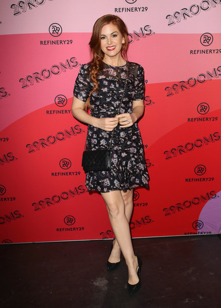 Isla Fisher Print Dress [clothing,fashion,dress,footwear,shoulder,joint,premiere,flooring,red carpet,leg,refinery29,reality,los angeles,29rooms,california,the reef,arrivals,isla fisher]