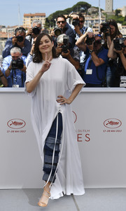 Marion Cotillard completed her eye-catching outfit with a pair of triple-cuff jeans, also by Y/Project.