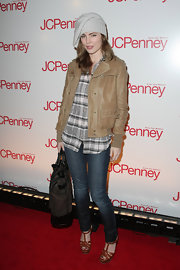 Melissa George sported a slouchy winter beanie at the JCPenny event. We love that she opted for some winer wear on the carpet, but somehow the look just didn't piece together.