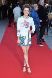 Maisie Williams added more visual appeal with a green leopard-print clutch.