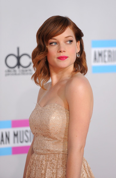 Jane Levy Medium Curls [hair,face,hairstyle,lip,skin,beauty,dress,shoulder,long hair,blond,arrivals,jane levy,american music awards,los angeles,california,nokia theatre l.a. live]
