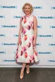 Katherine Heigl polished off her chic look with a pair of classic nude pumps.