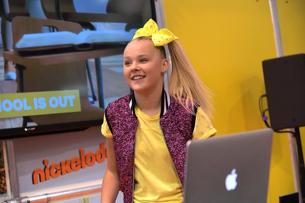 JoJo Siwa Hair Bow [nickelodeon star,jojo siwa,social influencer,influencer,yellow,fun,talent show,performance,vidcon 2017,nickelodeon booth,anaheim convention center,california]